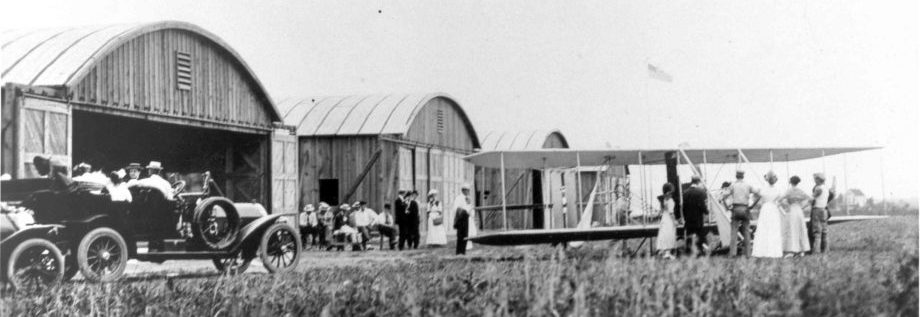 visitors at the hangars in 1911-1912